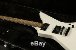 Guitare Électrique De Couleur Blanche, Située Dans Un Joint, Matériel Humbucker Pickup Stock Black